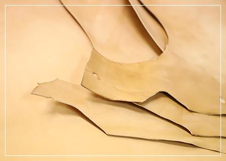 合成素材ではなく天然皮革を使用することで靴擦れや型崩れしにくいカウンター