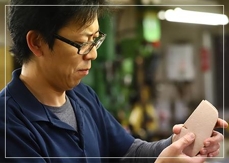 革を知り尽くした職人が1つ1つ手作業で製作しています